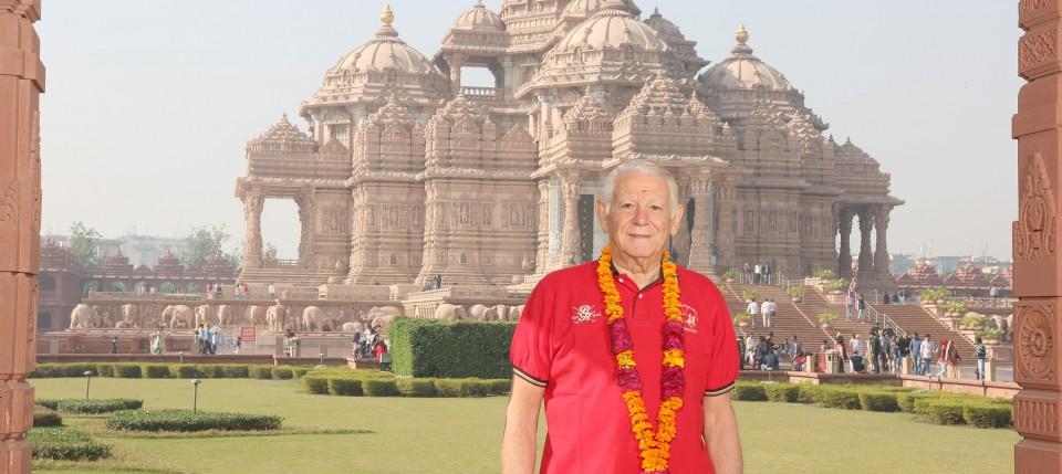 Romanian Foreign Minister Teodor Melescanu visits Swaminarayan Akshardham, New Delhi.